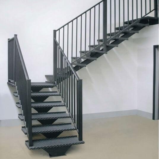 лестница на монокосоуре из металла